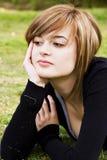 Lächelnde Schönheit auf Gras Stockbild