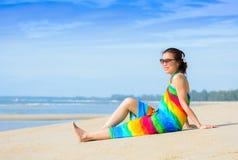Lächelnde Schönheit, die auf einem Strand ein Sonnenbad nimmt Lizenzfreie Stockfotos