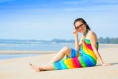 Lächelnde Schönheit, die auf einem Strand ein Sonnenbad nimmt Stockbild