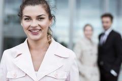 Lächelnde Schönheitsgeschäftsfrau stockfotografie