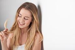 Lächelnde schüchterne blonde Frau der Junge Lizenzfreie Stockfotos