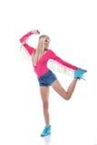 Lächelnde schlanke blonde Aufstellung in der Sportkleidung Stockfoto