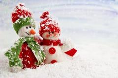 Lächelnde Schneemänner im Schnee Stockbild