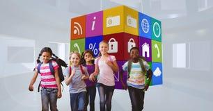Lächelnde Schulkinder, die gegen apps Ikonen laufen stockfotos