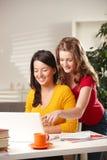 Lächelnde Schulmädchen, die Bildschirm betrachten Lizenzfreie Stockbilder