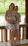 Lächelnde schwangere Paare Lizenzfreie Stockfotos