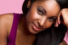 Lächelnde schwarze Frau stockbild