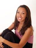 Lächelnde schwarze Frau mit Klammern auf oberen Zähnen Stockfotografie