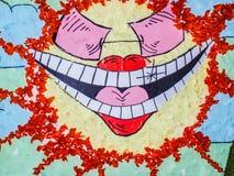 Lächelnde smileysonne mit Sonnenbrille stockbild