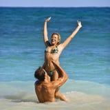 Lächelnde spielerische Paare. Lizenzfreie Stockfotografie