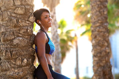 Lächelnde sportliche Frau des attraktiven Afroamerikaners Lizenzfreies Stockbild