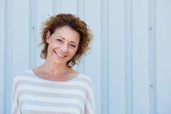 Lächelnde stehende Außenseite der älteren Frau lizenzfreie stockfotos