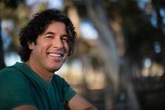 Lächelnde Stellung in der Ranch lizenzfreie stockfotografie