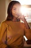 Lächelnde stilvolle junge schwarze Frau stockbilder