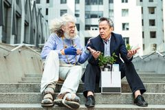 Lächelnde Straße bemannen die glaubende freundliche Unterhaltung mit pessimistischem Mann stockfoto
