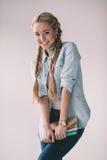 Lächelnde Studentin, die Notizbücher in den Händen hält Lizenzfreie Stockfotografie