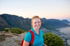 Lächelnde Studentin während auf einer Naturwanderung stockfoto