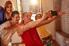 Lächelnde Tänzer, die selfie auf Smartphone beim Haben des Spaßes achtern nehmen Lizenzfreie Stockfotografie