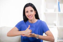 Lächelnde taube Frau, die Gebärdensprache verwendet lizenzfreie stockfotografie