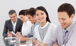 Lächelnde Teilhaber, die Kenntnisse nehmen Stockfoto