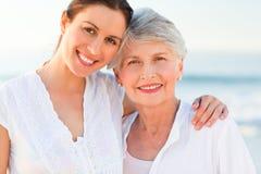 Lächelnde Tochter mit ihrer Mutter Lizenzfreie Stockfotos