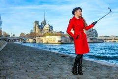 Lächelnde touristische Frau in Paris, das selfie unter Verwendung selfie Stockes nimmt Stockfoto