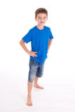 Lächelnde tragende Kurzschlüsse des Jungen Stockbild