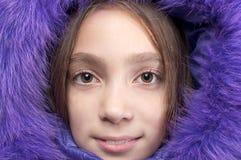 Lächelnde tragende Pelzhaube des Mädchens Stockfotografie