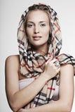 Lächelnde tragende Schmucksachen des Mädchens des schönen Gesichtes Lizenzfreies Stockfoto