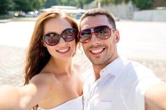 Lächelnde tragende Sonnenbrille der Paare, die selfie macht Stockfotografie