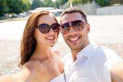 Lächelnde tragende Sonnenbrille der Paare, die selfie macht Stockfoto