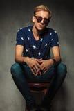 Lächelnde tragende Sonnenbrille des jungen blonden Mannes Lizenzfreie Stockfotos
