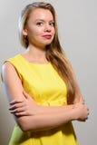 Lächelnde tragende Zitrone der langhaarigen blonden sexy Frau kleiden an lizenzfreie stockfotos