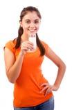 Lächelnde Trinkmilch der Frau Stockfoto
