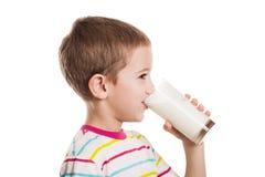 Lächelnde Trinkmilch des Jungen stockfotografie