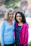 Lächelnde Tween-Mädchen draußen lizenzfreies stockbild