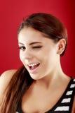 Lächelnde und blinzelnde Frau Lizenzfreie Stockfotografie