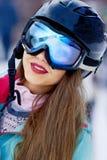 Lächelnde und tragende Skigläser des weiblichen Skifahrers in den Bergen Lizenzfreie Stockbilder