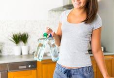 Lächelnde unerkennbare Frau mit zwei Flaschen Wasser Lizenzfreie Stockfotografie