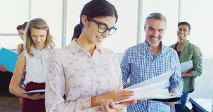 Lächelnde Unternehmensleiter, die mit Datei im Büro 4k stehen stock video