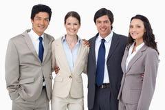 Lächelnde Verkäufer, die zusammen stehen Stockfotos