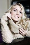 Lächelnde verlockende blonde junge Frau Lizenzfreie Stockfotografie