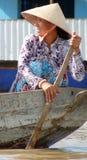 Lächelnde vietnamesische Frau in schaufelndem Boot des konischen Hutes in der Mekong-Delta Lizenzfreie Stockfotografie