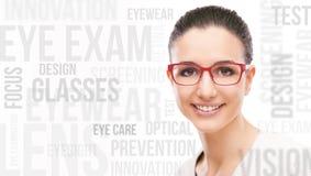 Lächelnde vorbildliche Aufstellung mit Mode Eyewear Stockfoto