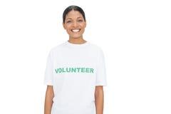 Lächelnde vorbildliche tragende freiwillige T-Shirt Aufstellung Stockbild