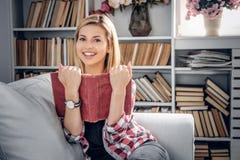Lächelnde weibliche Holding ein Buch Stockfotografie
