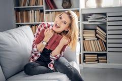 Lächelnde weibliche Holding ein Buch Lizenzfreies Stockfoto