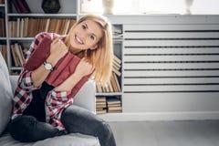 Lächelnde weibliche Holding ein Buch Stockbilder