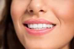 Lächelnde weibliche Lippen mit den gesunden Zähnen stockbild