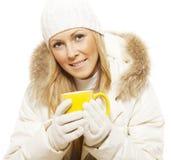 Lächelnde Winterfrau, die heißen Tee anhält lizenzfreie stockfotografie